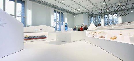 wineo Purline Bioboden Rollenware weiß hell modern Ausstellung Museum Glas