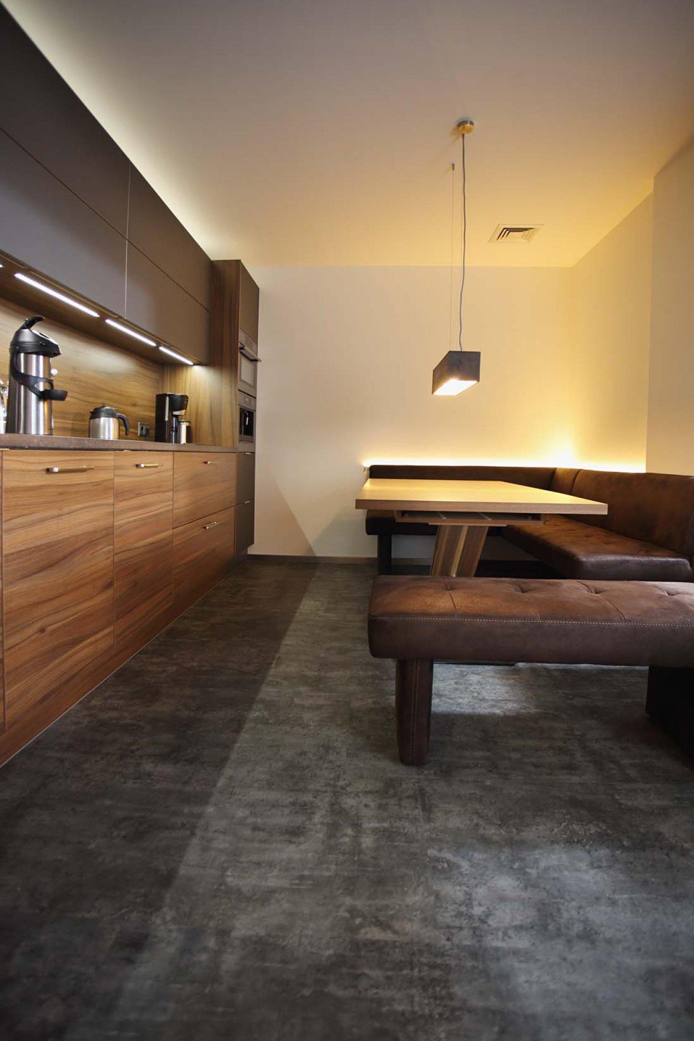 wineo Purline Bioboden dunkel Küche Holzmöbel Sitzecke gemütlich