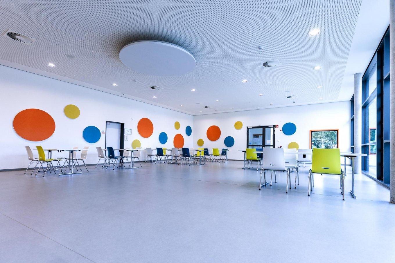 wineo PURLINE Bioboden hell Aula Kantine Schule moderne Einrichtung