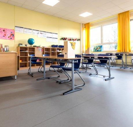 wineo PURLINE Bioboden Schule Klassenzimmer moderne Einrichtung hell