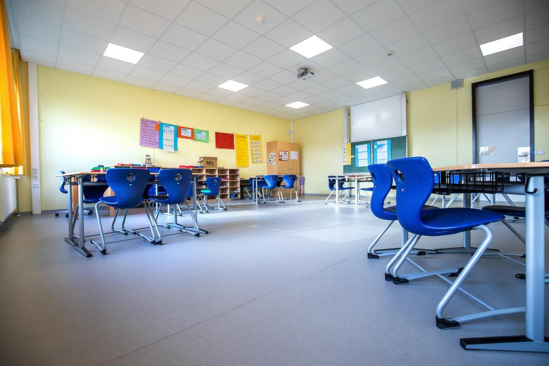 wineo PURLINE Bioboden Schule Klassenzimmer moderne Einrichtung Grau