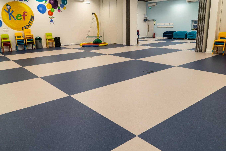 wineo PURLINE Bioboden Kindergarten Kita Gruppenraum Blau Weiß Verlegemuster
