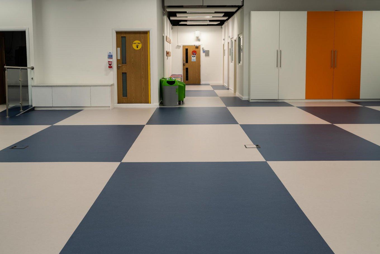 wineo PURLINE Bioboden Kita Kindergarten Blau Weiß Flur Eingangsbereich