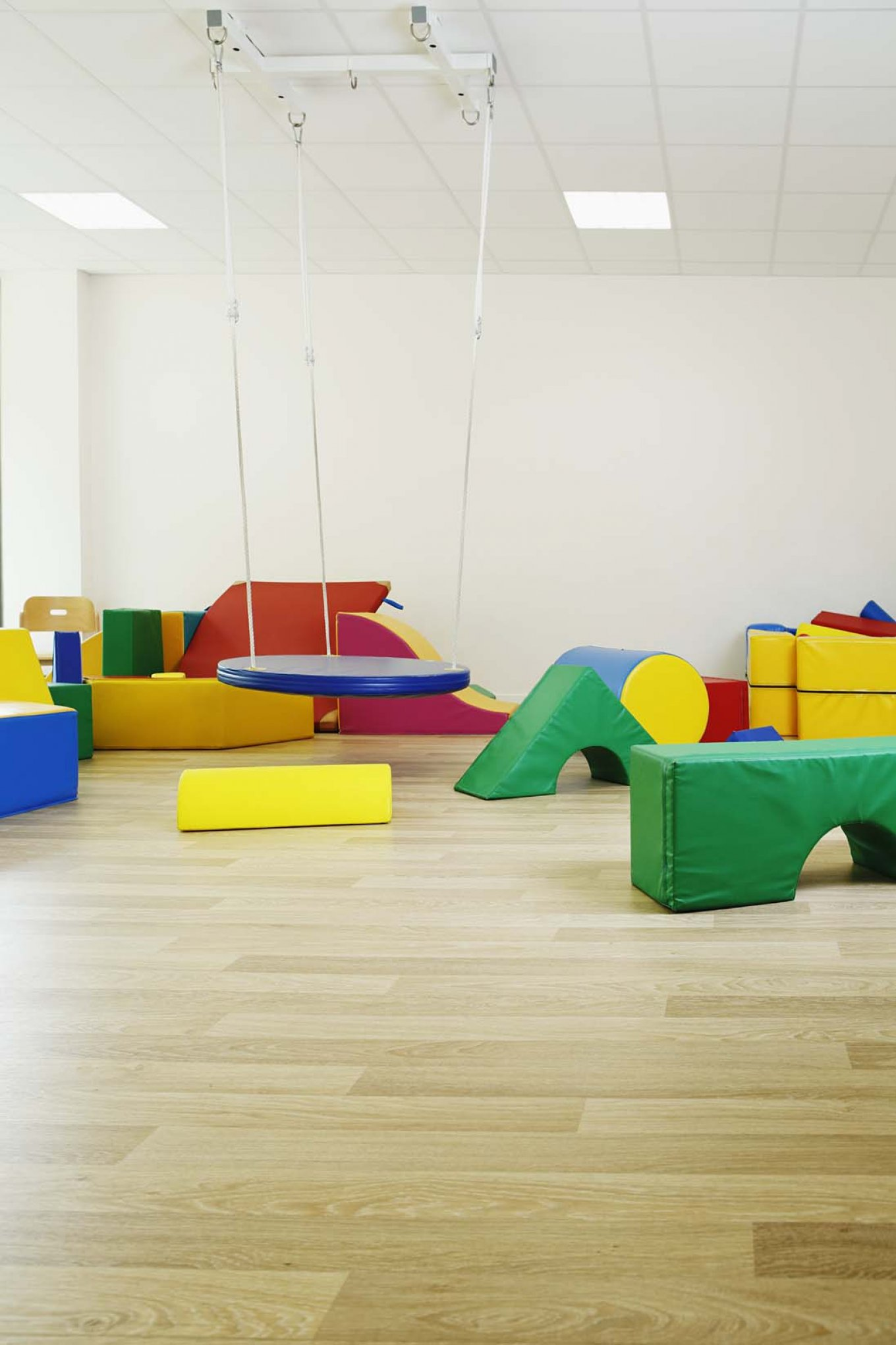 wineo PURLINE Bioboden dunkel Schule Kindergarten Spielecke Spielzeug moderne Einrichtung