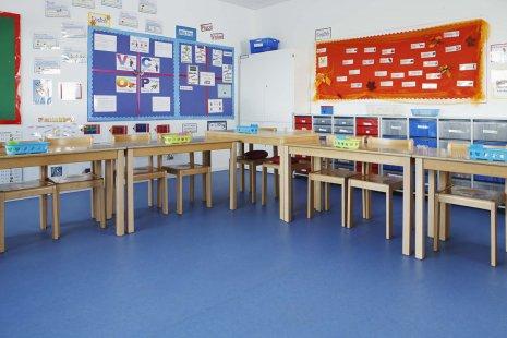 wineo PURLINE Bioboden dunkel Schule Klassenzimmer moderne Einrichtung