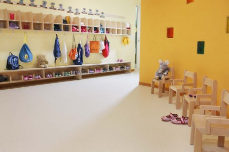PURLINE Bioboden Sinai Sand im Kindergarten KiTa Eingangsbereich Rollenware Orange