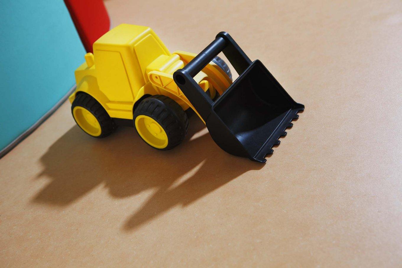 PURLINE Bioboden Sinai Sand in Kita Kindergarten gelber Bagger Rollenware Orange