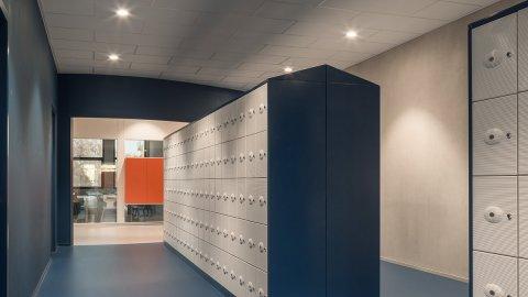 wineo Purline Bioboden Foyer groß blau Türen Schließfächer