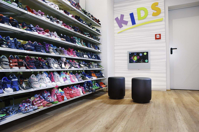 wineo Bodenbelag hell Holzoptik Schuhgeschäft Kinderschuhe Sitzecke