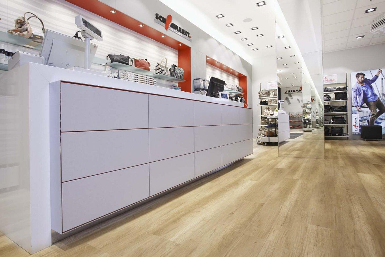 wineo Bodenbelag hell Holzoptik Ladentisch weiß Schuhgeschäft