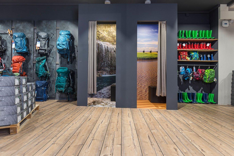 wineo Purline Bioboden Holzoptik schwarze Wand Umkleiden Sportgeschäft