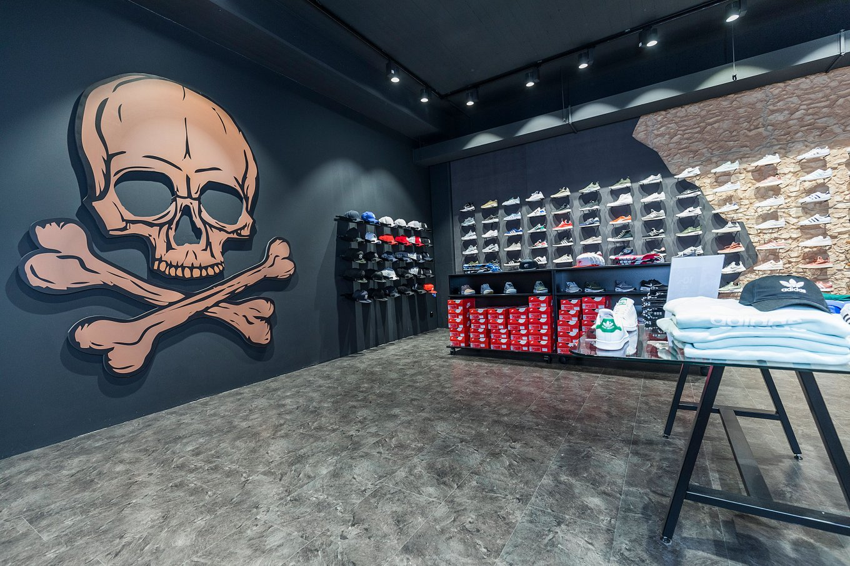 wineo Purline Bioboden grau schwarze Wand Totenkopf Sportgeschäft