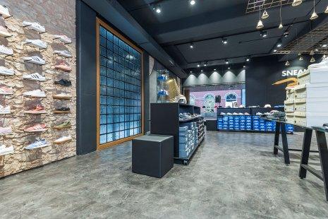 wineo Purline Bioboden grau Sportgeschäft Schuhe Regale modern