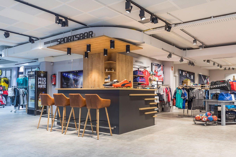 wineo Purline Bioboden hell modern Sportsbar Barhocker Sportgeschäft