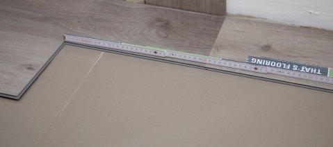 Verlegung wineo 400 Designboden zum Klicken Holzoptik Trittschalldämmung silentCOMFORT Zollstock