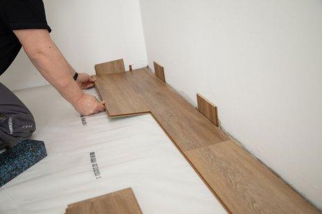 Verlegung wineo 400 Multi-Layer zum Klicken Designboden Holzoptik zweite Reihe verlegen PE-Dampfbremse