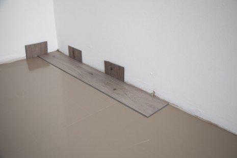 Verlegung wineo 600 zum Klicken als Semi-rigid Designboden Holzoptik Trittschalldämmung silentRIGID erste Paneel verlegen DIY