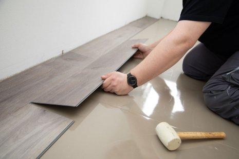 Verlegung wineo 600 zum Klicken als Semi-Rigid Designboden Holzoptik selbst verlegen DIY Trittschalldämmung silentRIGID Gummihammer