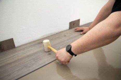 Verlegung wineo 600 zum Klicken als Semi-Rigid Designboden Holzoptik selbst verlegen DIY Gummihammer Trittschalldämmung silentRIGID