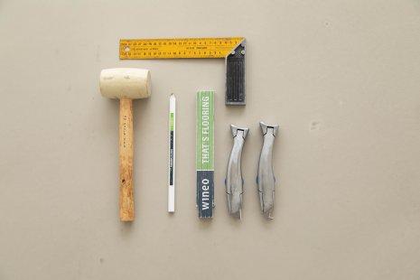 Verlegung wineo 1000 wood zum Klicken PURLINE Bioboden Werkzeug Cuttermesser Zollstock Gummihammer Winkel Abstandhalter