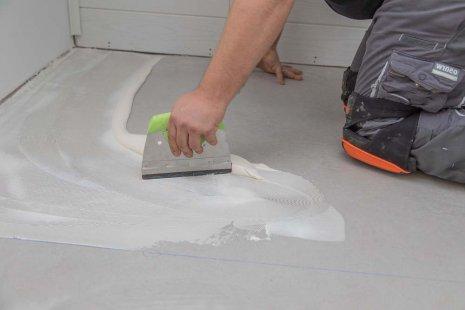 Verlegung wineo PURLINE Bioboden zum Kleben Vorbereitung Klebstoff verteilen Spachtel A2 Zahnung