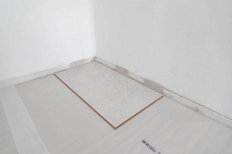 Verlegung wineo 1200 stone zum Klicken als Multi-Layer PURLINE Bioboden Betonoptik Fliese erstes Paneel verlegen