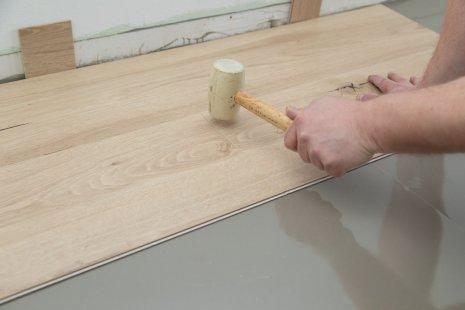 Verlegung wineo 1200 wood semi-rigid PURLINE Bioboden auf Unterlagsmatte silentRIGID Trittschalldämmung Gummihammer