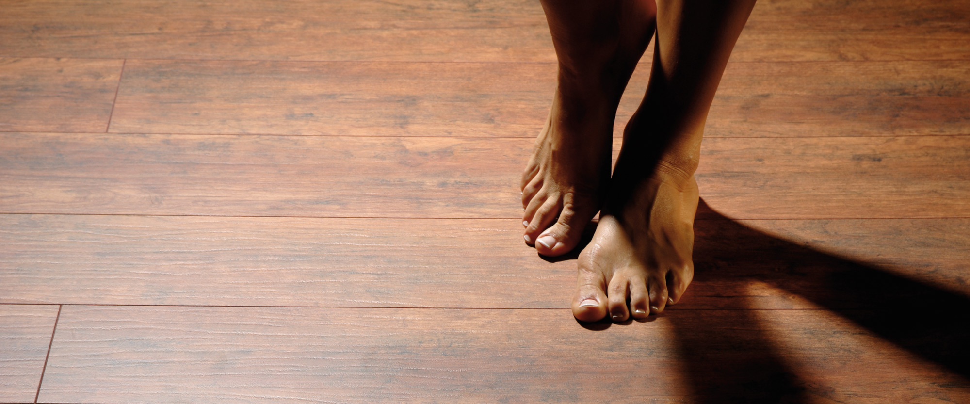 Holzfußboden dunkel Füße Wärme