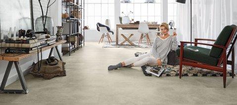 wineo Designboden Loft Moderne Einrichtung Wohnzimmer Fliese grau
